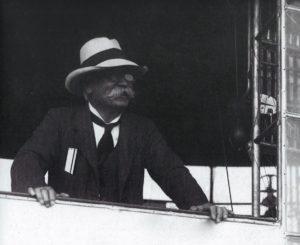 7 Enrico Forlanini (1848 – 1930) è stato un ingegnere milanese, inventore, pioniere dell'aviazione e imprenditore italiano. Ricordato in particolare come inventore dell'aliscafo, la sua attività pionieristica nel nascente settore aeronautico fu particolarmente significativa nell'ambito degli elicotteri e dei dirigibili.